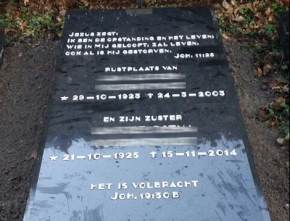 Monument met opgezette letters na